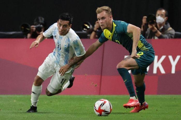 Gelandang Argentina Esequiel Barco berduel dengan bek Australia Nathaniel Atkinson pada laga Grup C Olimpiade Tokyo 2020 di Sapporo Dome, Sapporo, Kamis (22/7/2021) sore hari WIB.