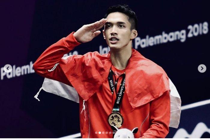 Jonatan Christie memberi hormat seusai pengalungan medali emas tunggal putra bulu tangkis Asian Games 2018 di Jakarta.