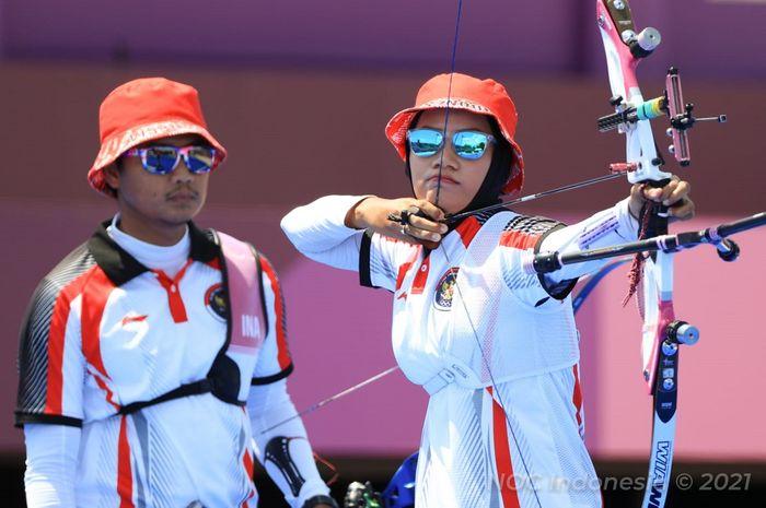 Aksi atlet panahan Indonesia, Riau Ega Agatha Salsabila dan Diananda Choirunisa, pada perdelapan final beregu campuran Olimpiade Tokyo 2020 di Yumenoshima Final Field, Jepang, 24 Juli 2021.