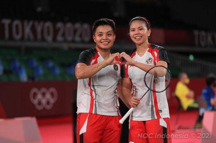 Pasangan ganda putri Indonesia, Greysia Polii/Apriyani Rahayu, berpose setelah menjadi juara grup Olimpiade Tokyo 2020 di Musashino Forest Sport Plaza, Selasa (27/7/2021).