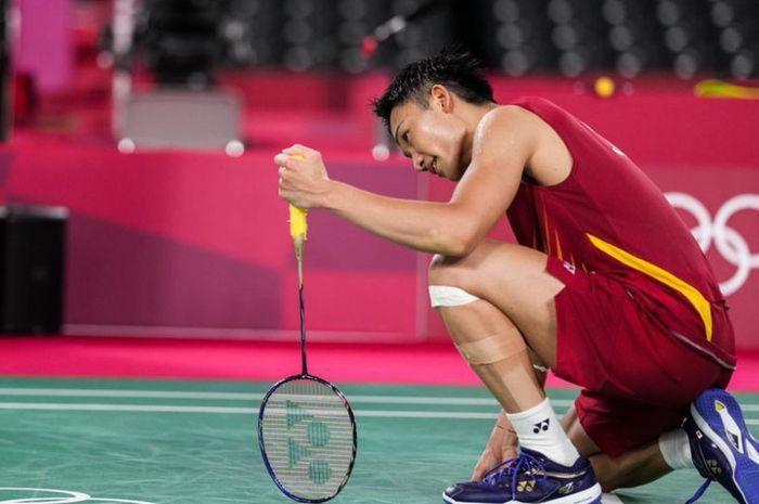 Tunggal putra nomor satu dunia, Kento Momota saat tersingkir dari Olimpiade Tokyo 2020 usai gagal lolos fase grup, Rabu (28/7/2021).