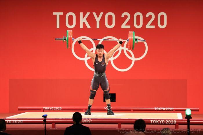 Atlet angkat besi Indonesia, Rahmat Erwin Abdullah, saat berlomba pada sesi Grup B nomor 73kg putra Olimpiade Tokyo 2020 di Tokyo International Forum, Jepang, 28 Juli 2021.