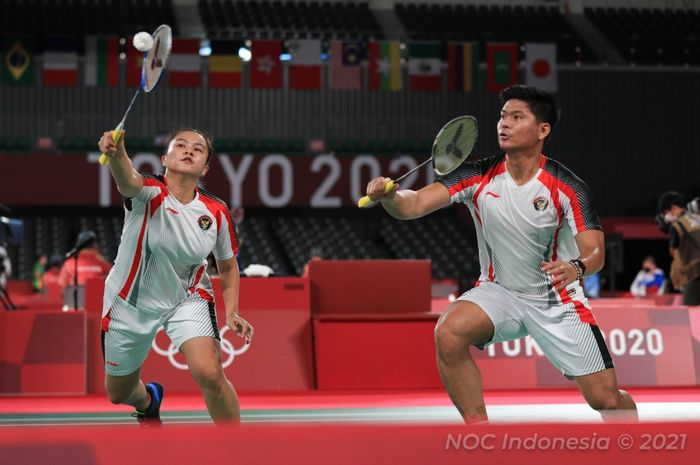 Pasangan ganda campuran Indonesia, Praveen Jordan/Melati Daeva Oktavianti, saat menjalani pertandingan melawan Zheng Si Wei/Huang Ya Qiong (China) pada babak perempat final Olimpiade Tokyo 2020 di Musashino Forest Sport Plaza, Tokyo, Jepang, Rabu (28/7/2020).