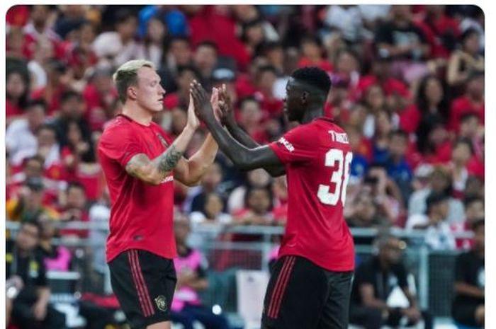 Phil Jones (kiri) dan Axel Tuanzebe (kanan) ketika bermain untuk Manchester United.