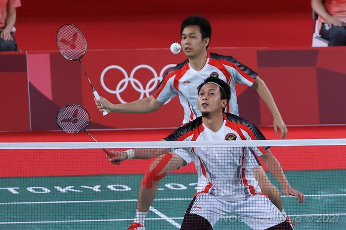 Pasangan ganda putra Indonesia, Mohammad Ahsan/Hendra Setiawan, saat bertanding pada babak semifinal Olimpiade Tokyo 2020 melawan Lee Yang/Wang Chi Lin (Taiwan) di Musashino Forest Plaza, Tokyo, Jumat (30/7/2021).