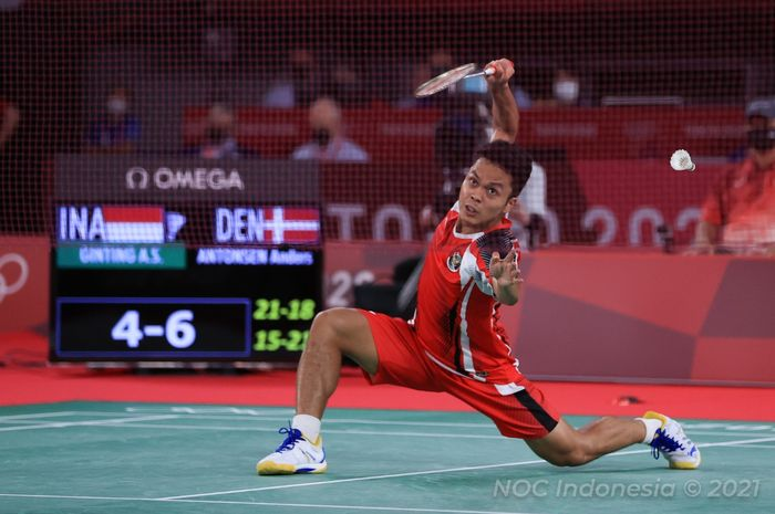 Pebulu tangkis tunggal putra Indonesia, Anthony Sinisuka Ginting, saat bertanding melawan Anders Antonsen pada babak perempat final Olimpiade Tokyo 2020 di Musashino Forest Sport Plaza, Tokyo, Jepang, Sabtu (31/7/2021).