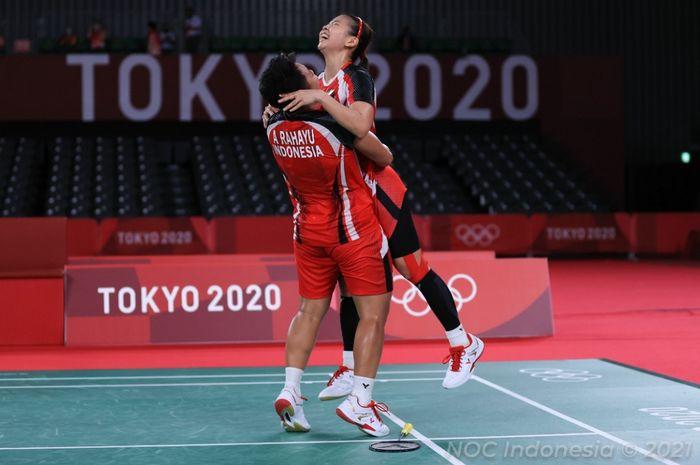 Apriyani Rahayu memeluk erat dan mengangkat Gresyia Polii seusai mereka menang dan melaju ke final ganda putri bulu tangkis Olimpiade Tokyo 2020, Sabtu (31/7/2021).