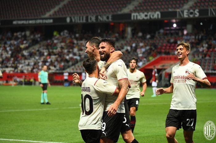Penyerang AC Milan, Olivier Giroud, merayakan gol ke gawang OGC Nice dalam laga pramusim, Sabtu (31/7/2021).