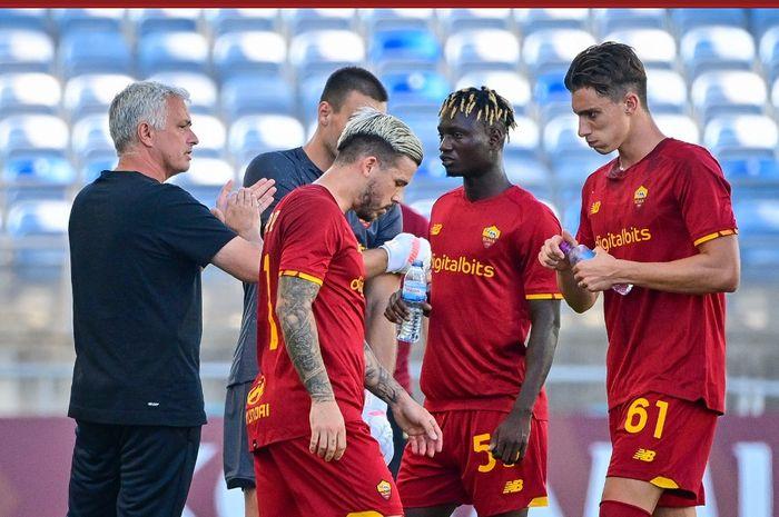 Pasukan Jose Mourinho terpaksa harus ditahan 10 pemain Sevilla, sementara Juventus raih trofi pertama di laga pramusim klub-klub Liga Italia.