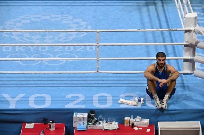 Mourad Aliev, petinju kelas berat super Prancis, tak mau meninggalkan arena dan duduk di ring hingga hampir 1 jam setelah dinyatakan kalah di perempat final Olimpiade Tokyo 2020.