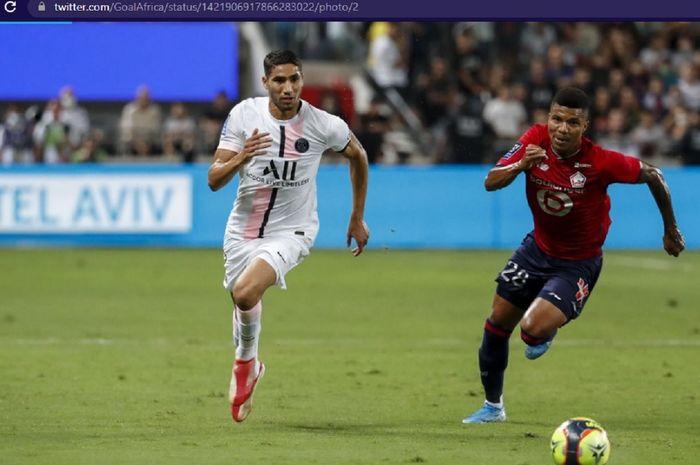 Pemain Paris Saint-Germain, Achraf Hakimi (kiri), dalam laga final Piala Super Prancis melawan Lille