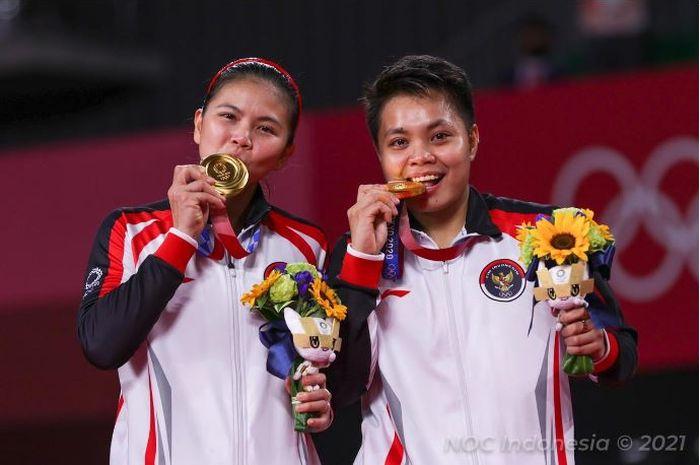 Momen pasangan ganda putri Indonesia Greysia Polii/Apriyani Rahayu mengigit medali emas Olimpiade Tokyo 2020.
