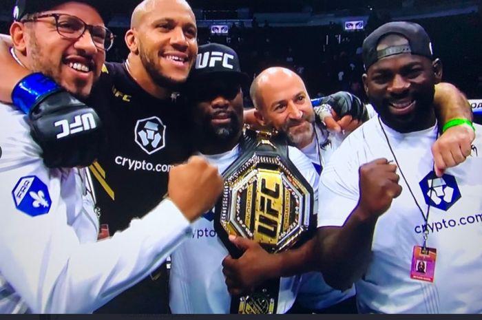 Ciryl Gane sukses menjadi juara interim kelas berat UFC setelah mengalahkan Derrick Lewis di UFC 265, Minggu (8/8/2021) WIB di Houston.