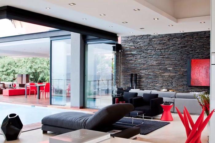 Ruang santai di rumah Lionel Messi, menghadap ke kolam renang.