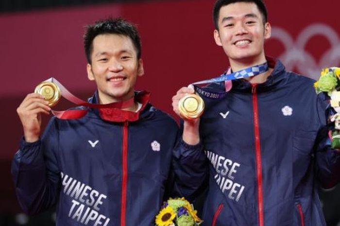 Pasangan ganda putra Taiwan, Lee Yang (kiri)/Wang Chi-Lin, berpose dengan medali emas Olimpiade Tokyo 2020 yang mereka raih usai memenangi laga final kontra Li Jun Hui/Liu Yu Chen (China), 21-18, 21-12, di Musashino Forest Sport Plaza, Tokyo, Jepang, Sabtu (31/7/2021).