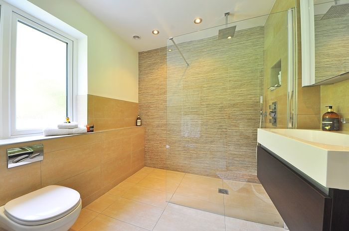 There are four easy ways to make the bathroom smell good all day long, one of which is to maintain ventilation.