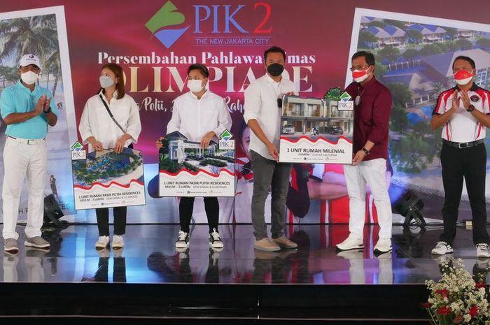 Agung Sedayu Group dan Salim Group memberikan hadiah masing-masing satu unit rumah di kawasan Pantai Indah Kapuk 2 untuk Greysia Polii/Apriyani Rahayu.