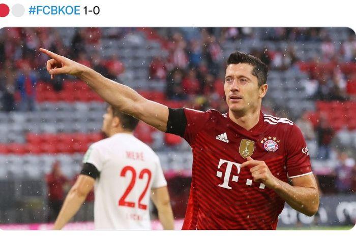 Penyerang Bayern Muenchen, Robert Lewandowski, mencetak gol ke gawang FC Koeln pada laga Liga Jerman pekan kedua di Allianz Arena, Muenchen, Jerman, Minggu (21/8/2021)