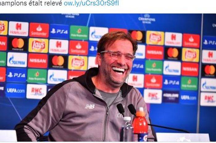 Pelatih Liverpool, Juergen Klopp tertawa terbahak-bahak saat konferensi pers.