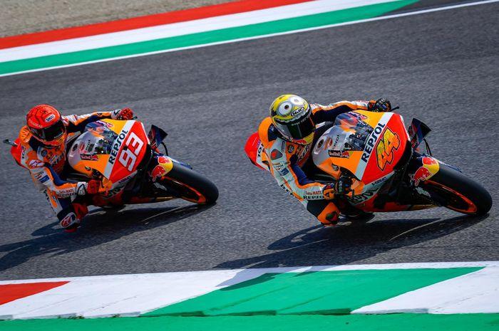 Dua pembalap MotoGP dari tim Repsol Honda, Pol Espargaro (kanan), dan Marc Marquez (kiri) tengah beraksi di trek.
