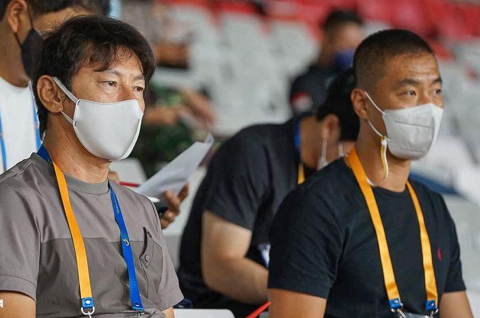Pelatih timnas Indonesia, Shin Tae-yong, beserta asistennya, Yoo Jae-hoon, saat menonton laga pembuka Liga 1 2021/2022, Jumat (27/8/2021).