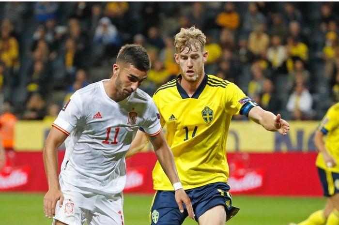 Penyerang timnas Spanyol, Ferran Torres, dijaga oleh bek timnas Swedia, Filip Helander, dalam laga Grup B Kualifikasi Piala Dunia 2022 Zona Eropa di Stadion Friends Arena, Kamis (2/9/2021).