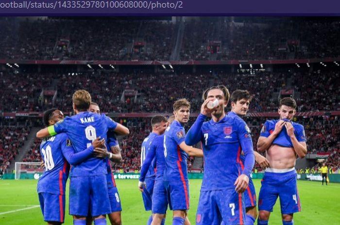 Pemain timnas Inggris, Jack Grealish, berpura-pura meminum bir dari gelas yang dilemparkan para penggemar timnas Hungaria dalam laga Kualifikasi Piala Dunia 2022 zona Eropa, Jumat (3/9/2021) pukul 01.45 WIB.