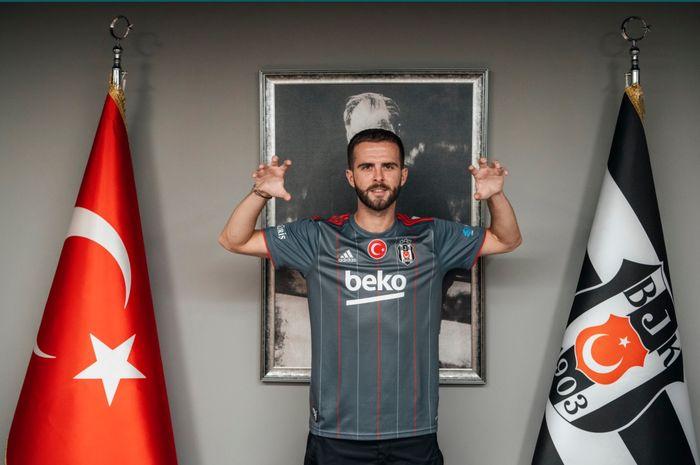 Gelandang bertahan Barcelona, Miralem Pjanic resmi berseragam Besiktas dengan kontrak pinjaman selama satu musim.
