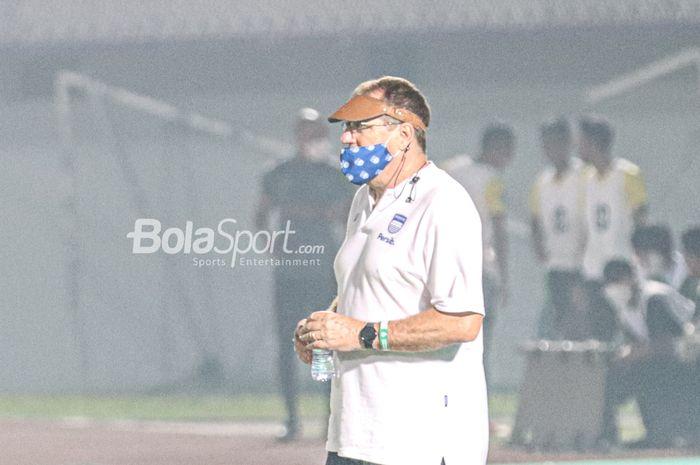 Pelatih Persib Bandung, Robert Rene Alberts, sedang memantau para pemainnya saat melawan Barito Putera dalam pekan pertama Liga 1 2021 di Stadion Indomilk Arena, Tangerang, Banten, 4 September 2021.