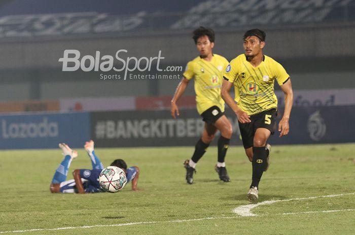 Bek Barito Putera, Dandi Maulana Abdulhaq, sedang mengejar bola dalam laga pekan pertama Liga 1 2021 di Stadion Indomilk, Arena, Tangerang, 4 September 2021.