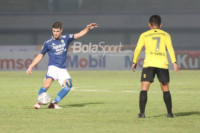 Bek Persib Bandung, Nick Kuipers, sedang mengoper bola dalam laga pekan pertama Liga 1 2021 di Stadion Indomilk, Arena, Tangerang, 4 September 2021.