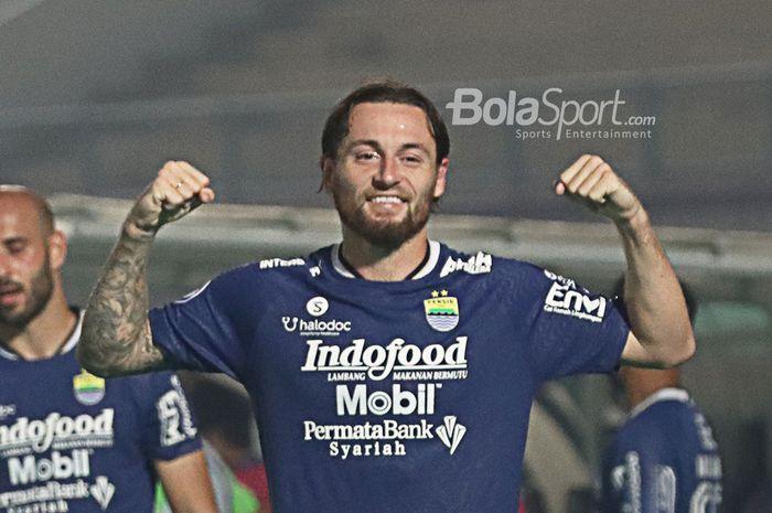 Gelandang Persib Bandung, Marc Klok, melakukan selebrasi seusai timnya menang 1-0 atas Barito Putera dalam laga pekan pertama Liga 1 2021 di Stadion Indomilk, Arena, Tangerang, 4 September 2021.