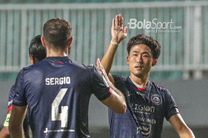 Gelandang asing Arema FC, Renshi Yamaguchi, sedang tos-tosan dalam laga pekan pertama Liga 1 2021 di Stadion Pakansari, Bogor, Jawa Barat, 5 September 2021.
