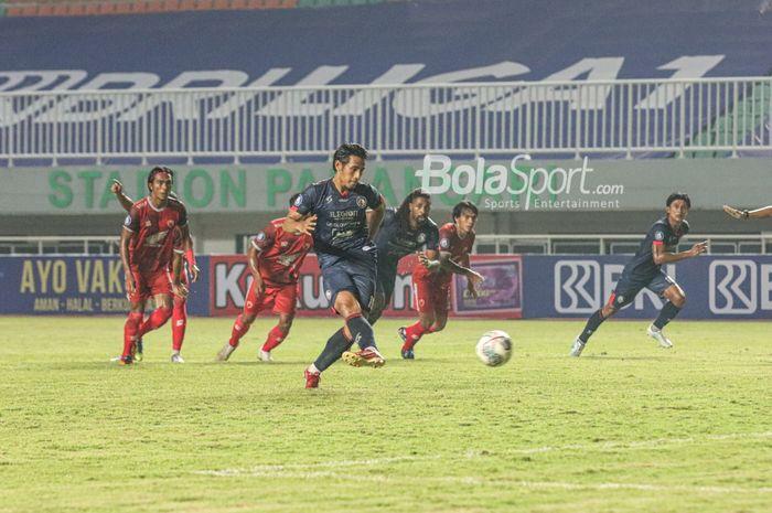 Gelandang Arema FC, Hanif Sjahbandi, sedang mengeksekusi penalti dalam laga pekan pertama Liga 1 2021 di Stadion Pakansari, Bogor, Jawa Barat, 5 September 2021.