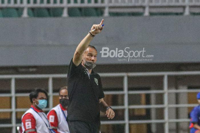 Pelatih PSS Sleman, Dejan Antonic, menjadi sasaran kemarahan suporter karena performa buruknya dan keputusannya menggeser posisi sang kapten.