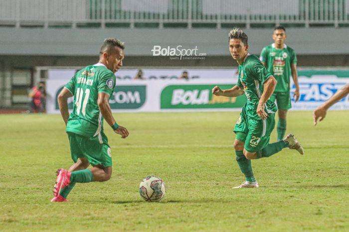 Pemain PSS Sleman, Irfan Jaya (kiri) dan Kim Kurniawan (kanan), sedang bertanding dalam laga pekan pertama Liga 1 2021 di Stadion Pakansari, Bogor, Jawa Barat, 5 September 2021.