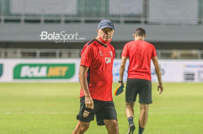 Pelatih Borneo FC, Mario Gomez, sedang memimpin latihan timnya melakukan latihan di Stadion Pakansari, Bogor, Jawa Barat, 9 September 2021.