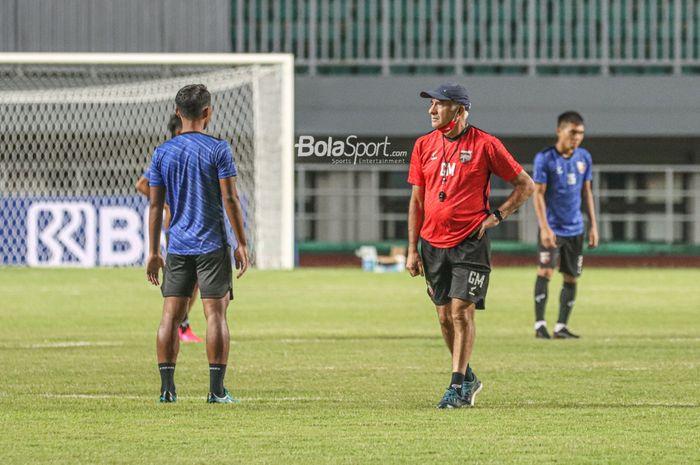 Pelatih Borneo FC, Mario Gomez, sedang memimpin latihan timnya melakukan latihan di Stadion Pakansari, Bogor, Jawa Barat, 9 September 2021. Dia kini mundur mendadak dan membuat manajemen Borneo FC marah.
