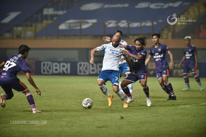 Suasana pertandingan antara Persib Bandung dan Persita Tangerang di Stadion Wibawa Mukti, Cikarang, Bekasi, Sabtu (11/09/21).