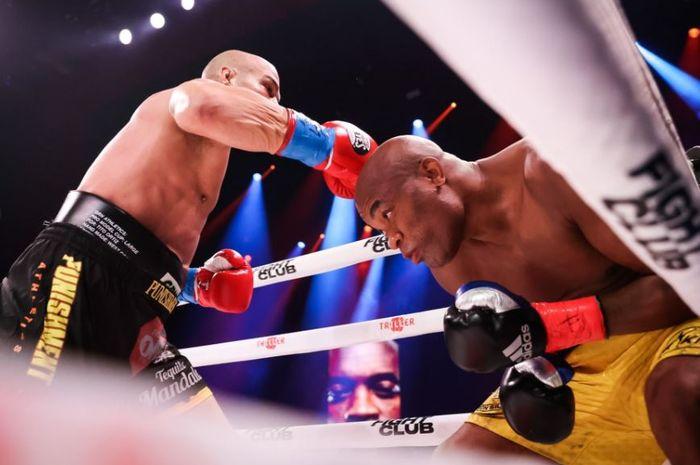 Aksi Anderson Silva (kanan) dengan gerakan kepalanya yang lincah kala memukul KO Tito Ortiz pada Minggu pagi (12/9/2021) WIB.