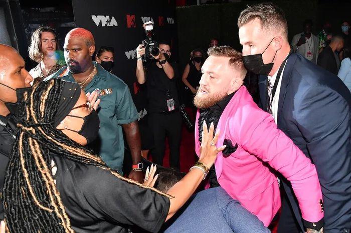 Conor McGregor yang emosi oleh Machine Gun Kelly di acara MTV VMA
