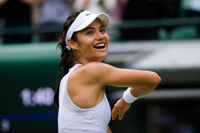 Style modis Emma Raducanu, petenis muda asal Inggris pemenang US Open, saat di luar lapangan