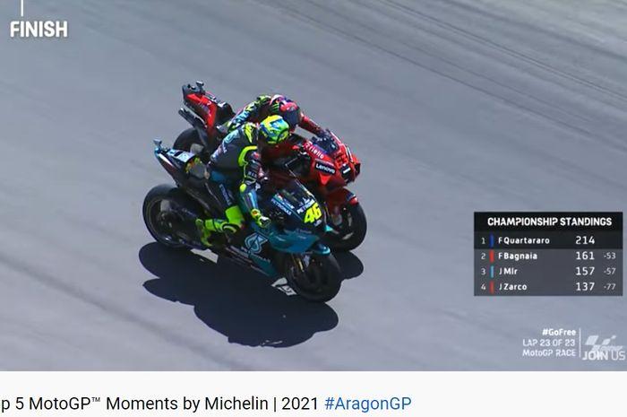 Valentino Rossi menyelamati Francesco Bagnaia yang menjadi pemenang MotoGP Aragon 2021, Minggu (12/9/2021).