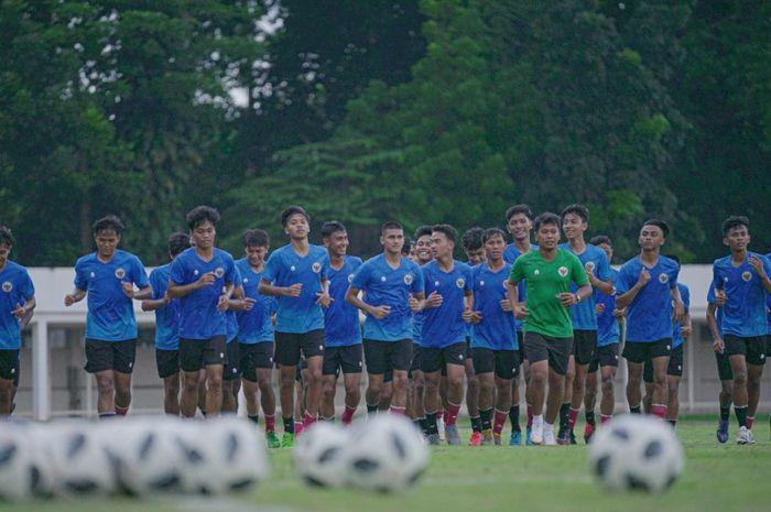 Pemusatan latihan (TC) timnas U-18 Indonesia Tahap Ketiga, di Stadion Madya, Senayan, Kawasan Gelora Bung Karno (GBK) Jakarta Pusat, Senin (13/9/2021).