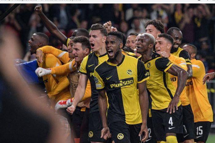 Para pemain Young Boys merayakan kemenangan atas Manchester United pada matchday pertama babak penyisihan Grup F Liga Champions 2021-2022 di Stadion Wankdorf, Selasa (14/9/2021).