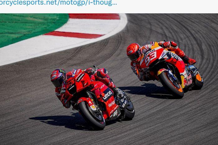 Pembalap Ducati Lenovo, Francesco Bagnaia, diikuti Marc Marquez (Repsol Honda) sepanjang balapan MotoGP Aragon di Sirkuit Aragon, Spanyol, 12 September 2021.