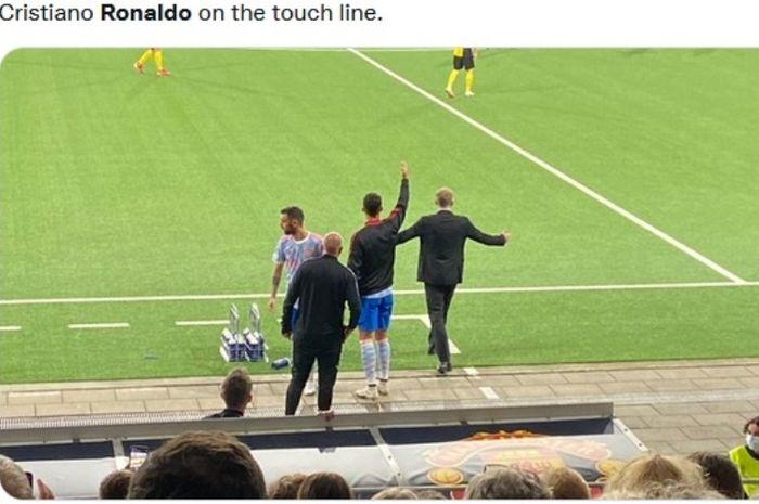Momen saat Cristiano Ronaldo memberikan instruksi saat laga Young Boys vs Manchester United di Liga Champions 2021-2022.