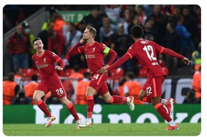Kapten Liverpool, Jordan Henderson (tengah) mencetak gol yang mengantarkan timnya meraih kemenangan 3-2 atas AC Milan dalam matchday 1 Grup B LIga Champions 2021-2022.