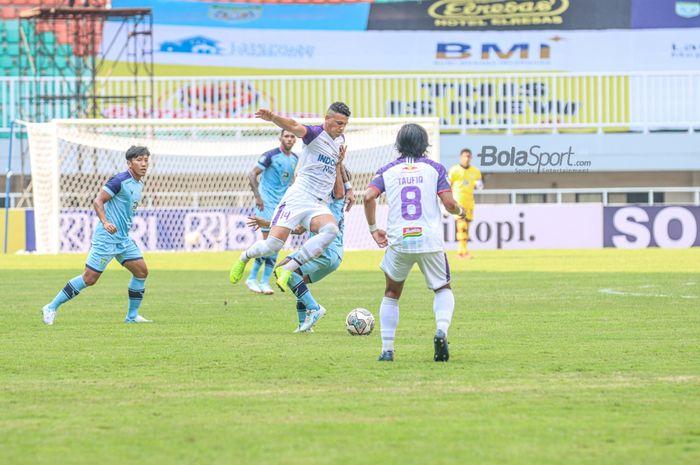 Pemyerang Persita Tangerang, Alex Goncalves, sedang berusaha menguasai bola dalam laga pekan ketiga di Stadion Pakansari, Bogor, Jawa Barat, 17 September 2021.