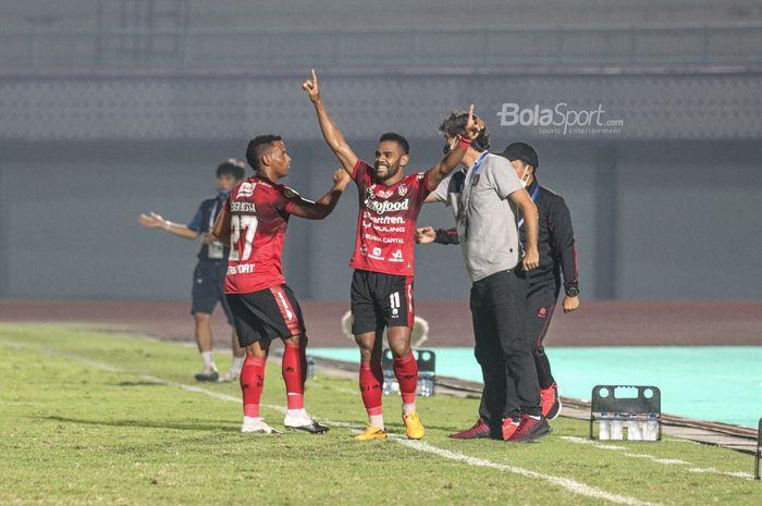 Pemain sayap kiri Bali United, Yabes Roni (tengah), sedang merayakan golnya dalam laga pekan ketiga Liga 1 2021 di Stadion Indomilk Arena, Tangerang, Banten, 18 September 2021.